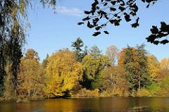 Gestaute Alster am Poppenbüttler Schleusenteich - farbige Herbstbäume  am Ufer der Alster