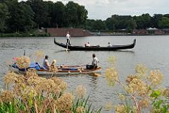 Gondel mit Gondoliera und Fahrgästen auf dem Stadtparksee - Kanus mit Kanuten.