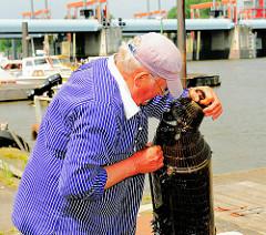 Die Metallreuse ist an Land verholt - der Fischer wirft einen prüfenden Blick hinein.