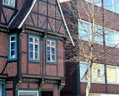 Fachwerkgebäude mit Schnitzereien - Neubau mit Fenstern - Neue Strasse Hamburg Harburg