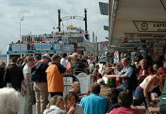 Hamburg Touristen am Anleger St. Pauli Landungsbrücken - Hafenrundfahrt und Souveniershops.