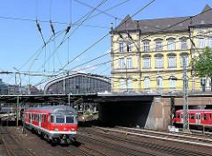 Vorortszug verlässt den Hamburger Hauptbahnhof - Bahngleise vor dem Museum für Kunst und Gewerbe.