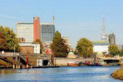 Fähranleger im Norderloch; Kanäle in Hamburg Steinwerder - Hochhäuser am Elbufer / Hafenrand der Hansestadt.