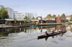 Lauf der Alster im Hamburger Stadtteil Alsterdorf - Bootsverleih, moderne Bürohäuser im Hintergrund.