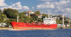 Frachtschiff in Fahrt elbabwärts vor Hamburg Blankenese.