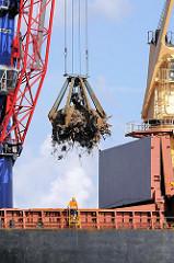Schrottverladung im Hamburg Hafen - das Altmetall wird von einm Kran in den Laderaum eines Frachtschiffs am Rosskai transportiert - Fotografien aus dem Hamburger Hafen, Bilder aus dem Stadtteil STeinwerder.
