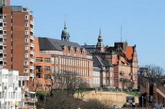 Architekturfotos aus Hamburg St. Pauli - historische Gebäude und Neubauten am Elbufer von Hamburg St. Pauli.