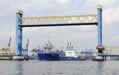 Das Frachtschiff BULKNES läuft in Hamburg ein - die Hubbrücke am Kattwyk ist hochgefahren - im Hintergrund die Containeranlagen vom Terminal Altenwerder.