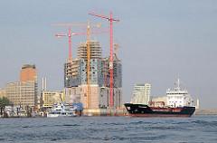 Entstehende Elbphilharmonie - Hafencity im Hamburger Hafen - Bürogebäude am Kehrwieder - Frachtschiff Stolt Kittiwake.
