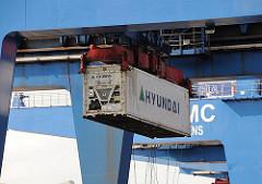 Container im Hafen Hamburgs, Portalkatze Containerbruecke Altenwerder.