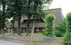 Bauernhaus mit Reet gedeckt - Eichen im Vorgarten; Bilder aus Hamburg Marmstorf.