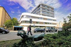 """Gebäude des Bezirkamts Hamburg Nord / Technisches Rathaus an der Kümellstrasse; Architekt Bothe Richter Teherani - im Vordergrund die Skulptur """"Liegende"""" von Hans Marin Ruhwoldt"""