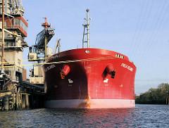 Bulk Cariier Freja Selandia an der Kaianlage der Ölmühle am Neuhöfer Kanal. Das 186m lange und 32m breite  Frachtschiff hat eine Gesamttragfähigkeit von 53000 t.