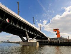 Baakenhafenbrücke über den Baakenhafen in der Hamburger Hafencity - Aussichtsplattform / Aussichtsturm am Petersenkai.