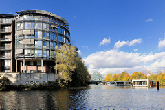 Bürogebäude  am Hochwasserbecken in Hamburg Hammerbrook, rechts Hausboote auf dem Wasser des Kanals - blauer Himmel, Herbstsonne - weisse Wolken. Lks. die Einfahrt zum Südkanal.
