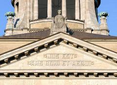 Giebelinschrift im Gebäude Oberlandesgericht Hamburg: JUS EST ARS BONI ET AEQUI - Das Recht ist das Handwerk des Billigen und Gerechten.