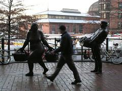 Bronzefiguren Altonaer Fischmarkt, Marktfrau + Spaziergänger.