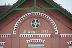 Fassade eine Spadenländer Bauernhauses. Inschrift B. Annen 1893.