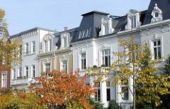 Hausfassaden Hamburger Stadtvilla - mit Stuck verzierte Fenster + Fassaden Historismus in der Architektur