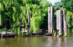 Alte Anlegestelle mit Wassertreppen und Holzdalben in der Billwerder Bucht von Hamburg Rothenburgsort.