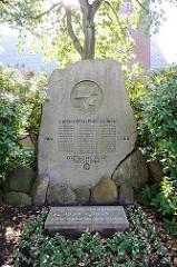 Findling Gedenkstein vor der Sülldorfer Kirche - Gefallene der WEltkriege Erinnerung .