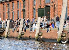 Entspannung in der Sonne - Bilder vom Fischmarkt in Hamburg Altona - Kaimauer bei der Fischauktionshalle.
