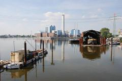 Blick über die Billwerder Bucht - Werft am Moorfleeter Deich - Kraftwerk am Tiefstack.