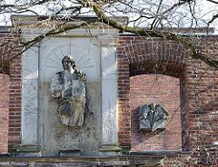 Historische Aussenmauer Dreifaltigkeitskirche HH-Harburg; Fragment Christusfigur.