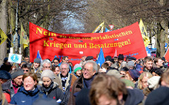 Demonstration Hamburger Ostermarsch - Friedensdemonstranten mit Transparent und Fahnen.