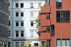 Neubauten an der Bernhard Nocht Strasse - Historische Architektur des Stadtteils Sankt Pauli im Hintergrund.