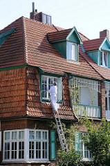 Hausrenovierung , Maler auf der Leiter - Fenster Streichen im Erdkampsweg.
