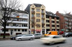 Strassen in Hamburg Horn - Strassenverkehr im Hermannstal - historische und neue Bebauung nebeneinander.