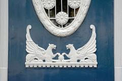Holzschnitzerei - Eingangstür Wohnhaus Hamburg Winterhude, Sierichstrasse; Löwe mit Flügel - Greif, Löwe mit Adlerkopf und Flügeln, griechische Mythologie.