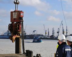 Rammschlag Kreuzfahrtterminal Altona Baustelle, Bauarbeiter.