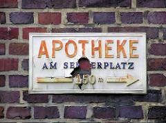 Altes Schild - Apotheke am Semperplatz - 150m - Ziegelsteine, Backsteinfassade in der Jarrestadt - Fotos aus Hamburg Winterhude.