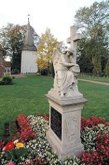 Friedhof Hamburg Neuengamme - St. Johanniskirche - Kirchturm aus Holz.