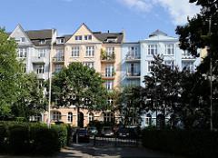 Gründerzeit - Etagenhäuser mit verschieden farbigen Hausfassaden.