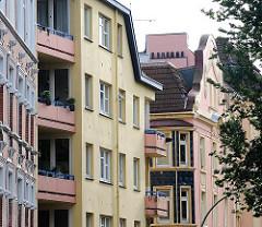 Restaurierte Hausfassaden in Hamburg St. Pauli - verschiedenfarbige Fassaden von Etagenhäusern.
