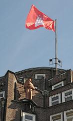 Altes Zentrum Hamburgs, Stadtteil Altstadt, Kontorhausviertel Montanhof mit Hamburg Flagge