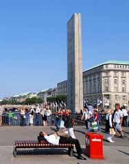 Mahnmal für die Gefallenen der Weltkriege am Hamburger Rathausmarkt / Kleine Alster - Touristen auf dem Rathausmarkt.