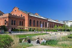 Frühlingssonne in Hamburg Bahrenfeld - Mitarbeiter machen Mittagspause in der Grünanlage im Zentrum des ehem. Gaswerks Altona.