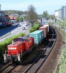 Gueterzug mit Containern - Ladung auf den Schienen, Schienenverkehr.
