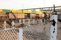 Reste des Zollzauns am Tollerort - Erweiterung des Container Terminals im Hamburger Hafen - im Hintergrund Containerlager und Auffahrt zur Köhlbrandbrücke.