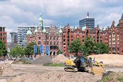 Riesenbaustelle in der Hamburger Hafencity - das Areal am Brooktorkai wird zur Bebauung des Überseezentrums vorbereitet - im Hintergrund das Verwaltungsgebäude der HHLA und historische Speichergebäude der Hamburger Speicherstadt. (2007)