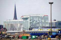 Baustelle am Versmannkai des Baakenhafens - Spiegel Bürogebäude und Kirchturm.