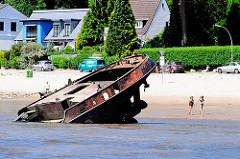 Schiffswrack am Strand von Hamburg Blankenese - StrandspaziergängerInnen.