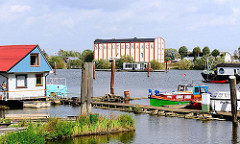 Blick über die Bootsanlagen am Ende des Moorfleeter Holzhafens zum Silogebäude am Moorfleeter Deich - Bilder aus dem Hamburger Stadtteil Moorfleet.