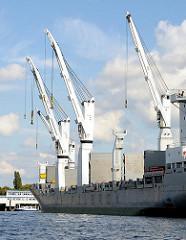 Schiffskräne an Bord eines Frachters im Oderhafen, Sthamer Kai - im Hintergrund die Polizeiwache der Wasserschutzpolizei.