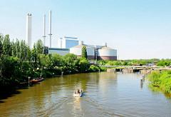 Sportboot auf dem Tiefstackkanal - Fahrt Richtung Schleuse; im Hintergrund das Kraftwerk Tiefstack.
