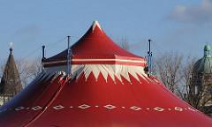 Zirkus auf dem Heiligengeistfeld von Hamburg St. Pauli - im Hintergrund Hamburger Architektur.